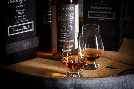 Werbeszene für Whisky-Shop, im Studio fotografiert.
