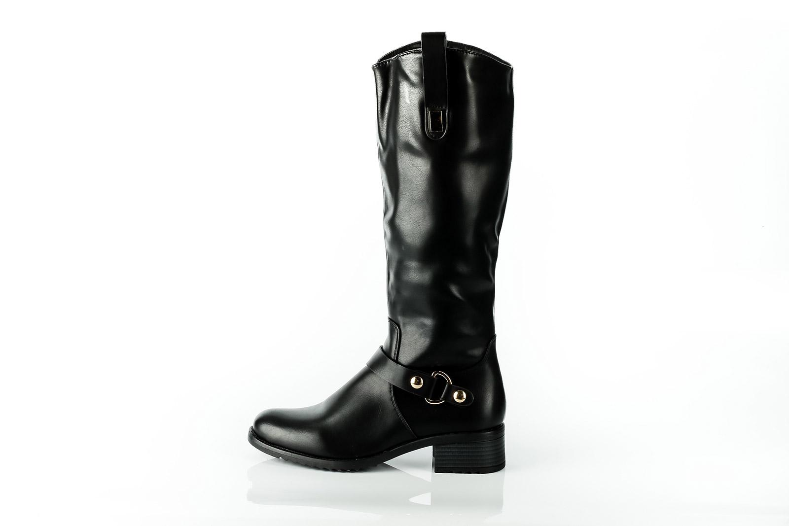 Glänzender Lederstiefel, ausgestopft und auf spiegelndem Untergrund.