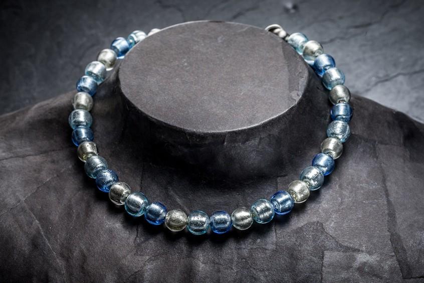Glasperlen-Halskette an Büste fotografiert, mit Basicretusche