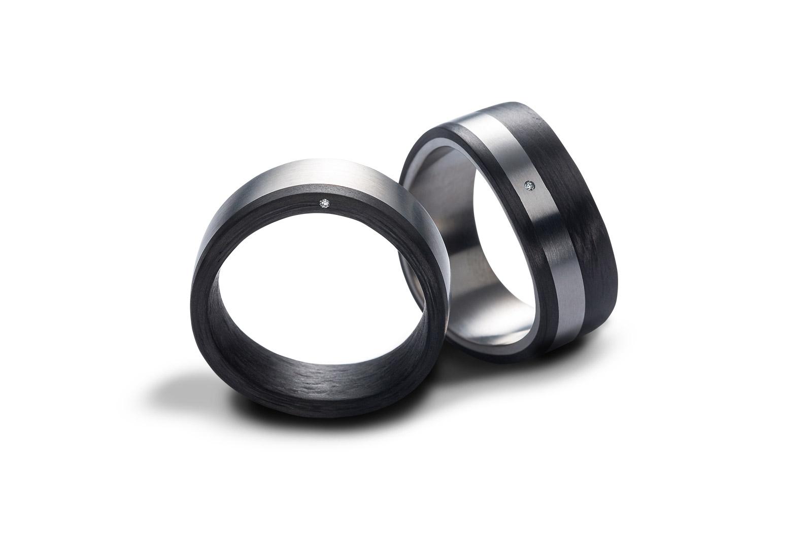 Carbon-/Titan-Trauringe, freigestellt mit Stehschatten, mit Profiretusche optimiert.