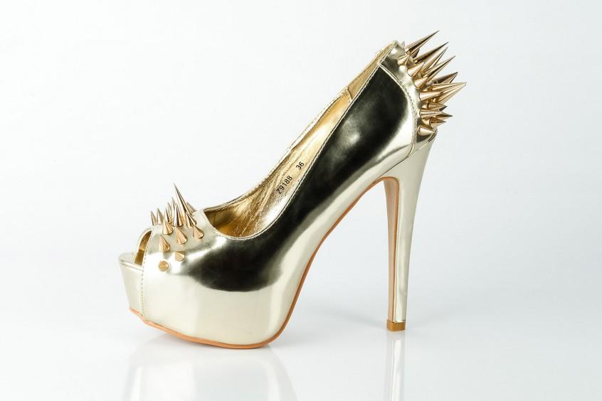 Goldene High Heels, fotografiert auf spiegelndem Untergrund, mit Basic-Retusche.
