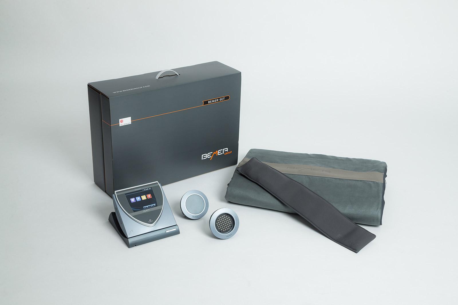 Grösseres Produkteset mit Basicretusche. Der Bildschirm des Gerätes wurde separat fotografiert und in die Aufnahme eingepasst.