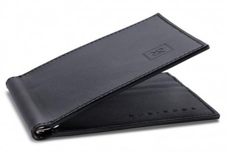 Das Produktfoto zeigt eine hochwertige Geldbörse des Labels Rubirosa, fotografiert und mit Profi-Retusche, freigestellt und mit Standschatten.